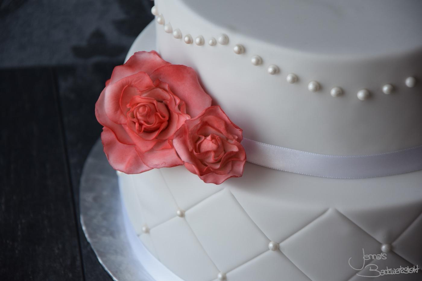 Zweistockige Torte Mit Perlen Und Rosen Jenna S Backwerkstatt